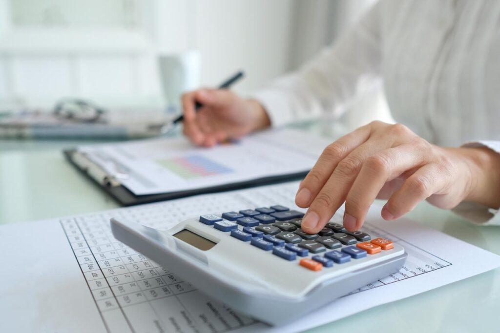 یک مشاور مالی یا یک شرکت سرمایهگذاری انتخاب کنید